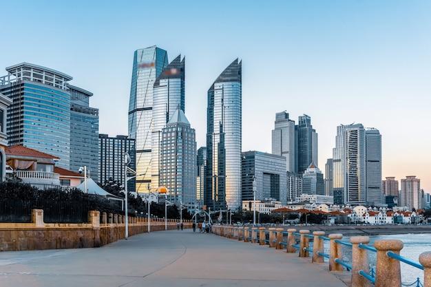 Vista da rua do arranha-céu do centro financeiro de qingdao