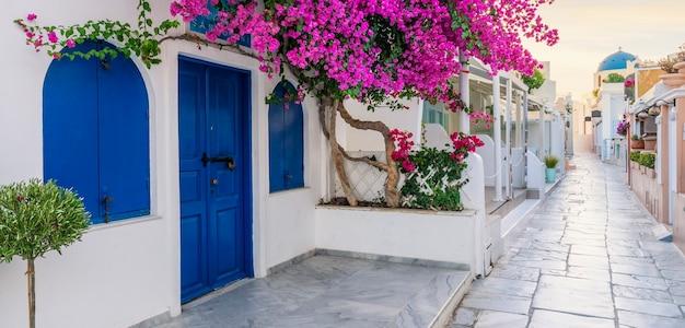 Vista da rua oia no mornong, santorini, grécia