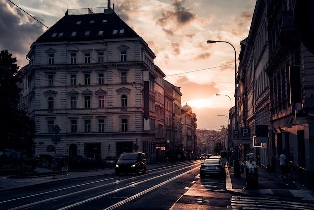 Vista da rua seifertova ao pôr do sol. praga, república tcheca