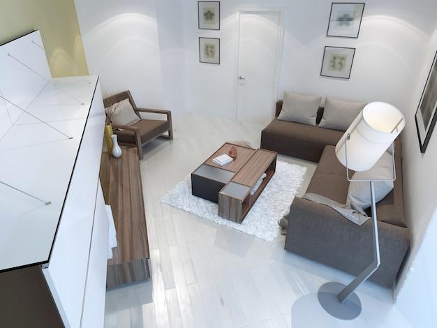 Vista da sala de estar contemporânea com luminária de chão, móveis marrons, paredes e piso brancos