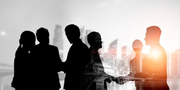 Vista da silhueta da equipe de executivos em reunião de grupo