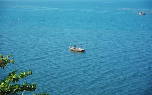 Vista da superfície do mar com barco de pescador para o conceito de natureza
