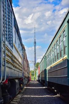 Vista da torre ostankino entre dois trens antigos