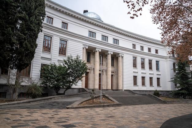 Vista da universidade estadual de tbilisi, fundada em 1918. educação.