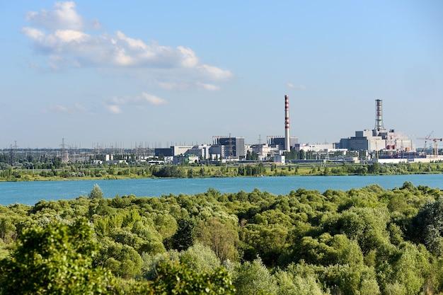 Vista da usina nuclear. paisagem industrial.