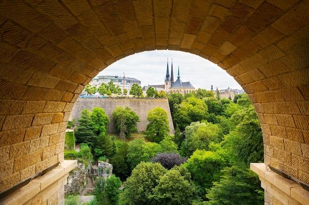 Vista da velha cidade europeia através do arco de pedra.