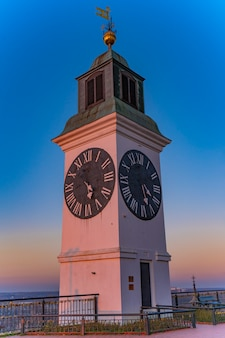 Vista da velha torre do relógio na fortaleza petrovaradin em novi sad, sérvia