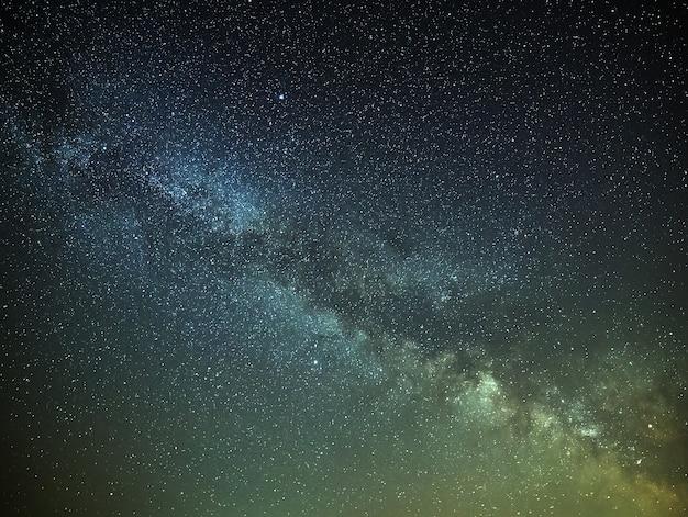 Vista da via láctea no céu noturno com estrelas brilhantes