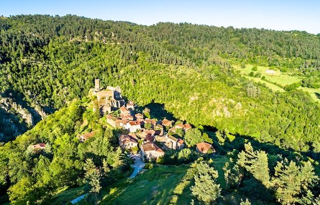Vista da vila de chalencon com seu castelo. haute-loire, frança