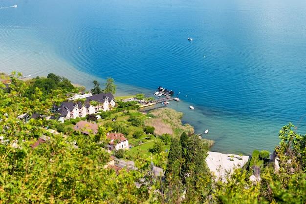 Vista da vila de duingt em haute savoie, alpes, frança