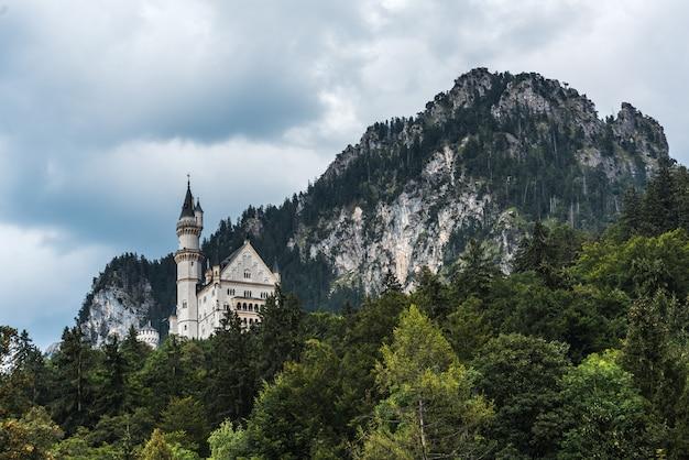 Vista da vila de hohenschwangau no castelo neuschwanstein. atrás do castelo alpes da baviera
