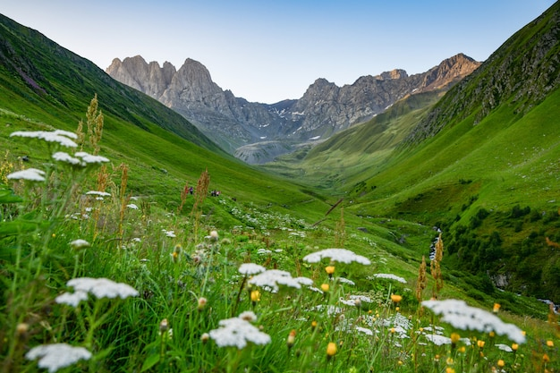 Vista da vila de juta perto da montanha de cáucaso, geórgia.