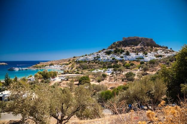 Vista da vila de lindos e da antiga acrópole na colina, ilha de rodes, grécia