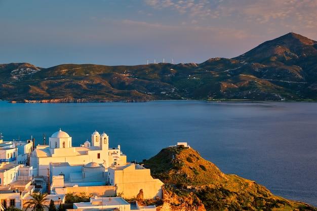 Vista da vila de plaka na ilha de milos ao pôr do sol na grécia