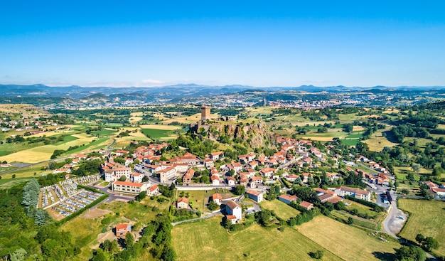 Vista da vila de polignac com sua fortaleza. departamento de haute-loire da frança