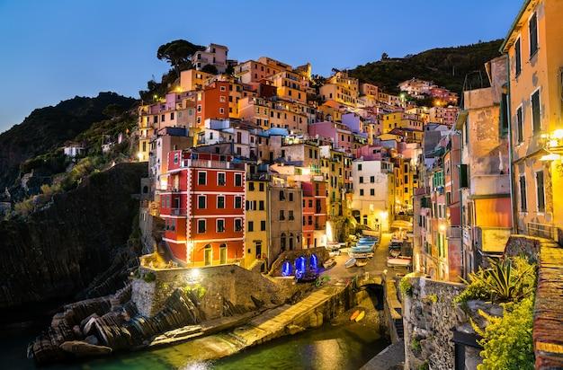 Vista da vila de riomaggiore em cinque terre, patrimônio mundial da unesco na ligúria, itália