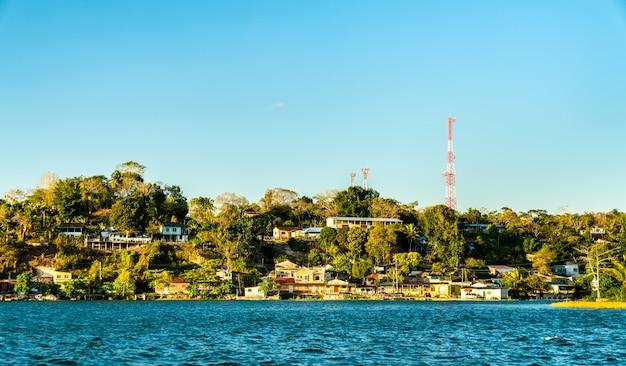 Vista da vila de san miguel do outro lado do lago peten itza, na guatemala