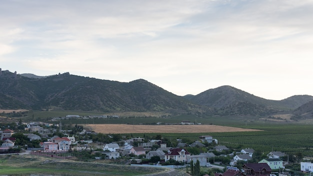 Vista da vila de vesele com as montanhas da crimeia ao fundo