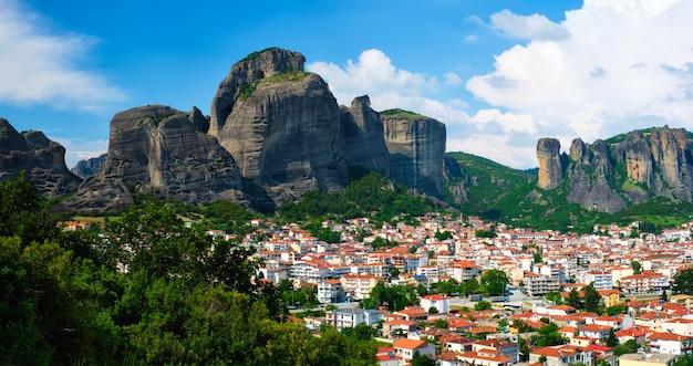 Vista da vila kalampaka no famoso grego na grécia