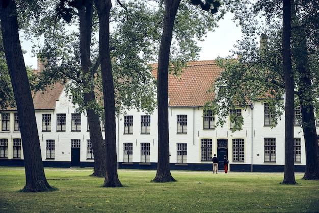 Vista das árvores no jardim do princely beguinage ten wijngaarde