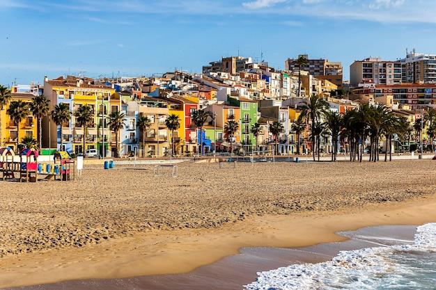 Vista das casas coloridas da cidade de villajoyosa de sua praia ao nascer do sol, junho de 2021, villajoyosa, alicante, espanha.