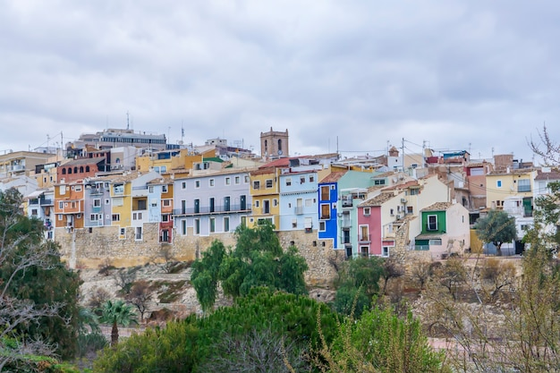 Vista das casas coloridas da cidade de villajoyosa em um dia nublado, alicante, espanha.