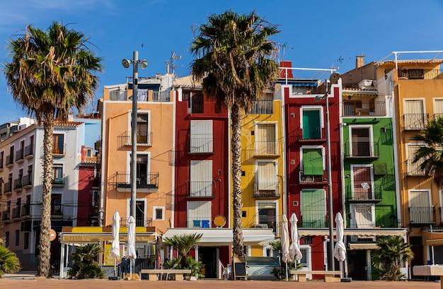 Vista das casas coloridas da cidade de villajoyosa, junho de 2021, villajoyosa, alicante, espanha.