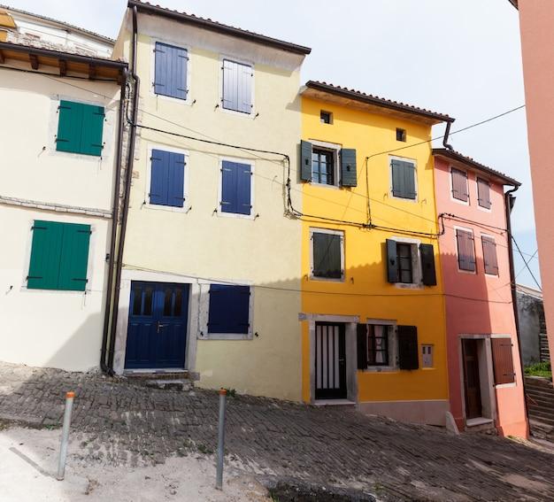 Vista das casas coloridas de motovun