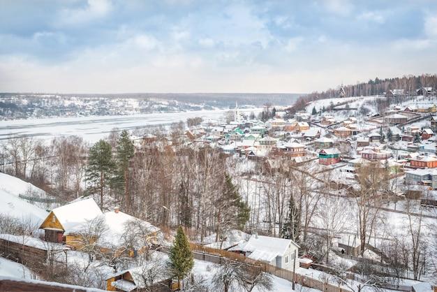 Vista das casas de plyos e da igreja de varvara do alto da montanha da catedral em um dia nevado de inverno