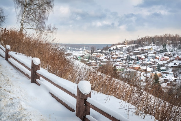 Vista das casas de plyos e da igreja de varvara em um dia nevado de inverno