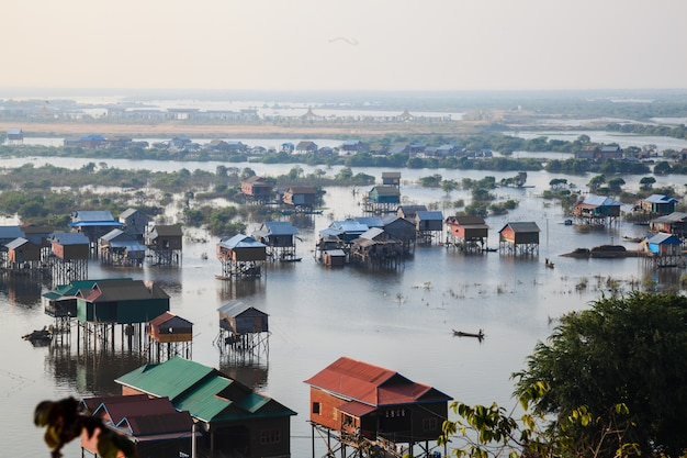 Vista das casas em tonle sap, siem reap, camboja