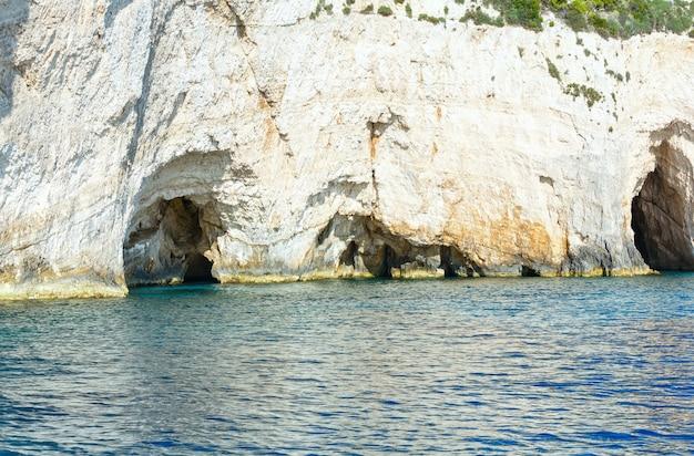 Vista das cavernas azuis do barco zakynthos, grécia, cabo skinari