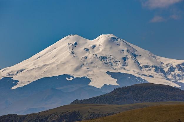 Vista das encostas nevadas de elbrus. cáucaso do norte, na rússia.