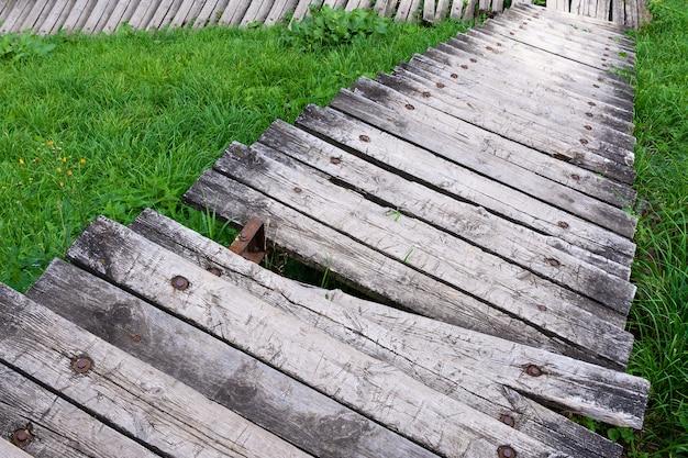 Vista das escadas de madeira destruídas que vão para baixo.