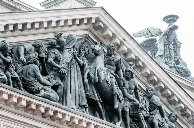 Vista das estátuas antigas de estuque e a cúpula da catedral de santo isaac em petersburgo