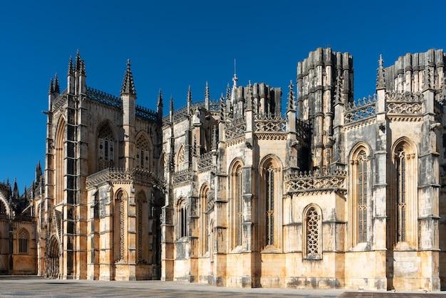 Vista das imperfeitas capelas do mosteiro da batalha em portugal.