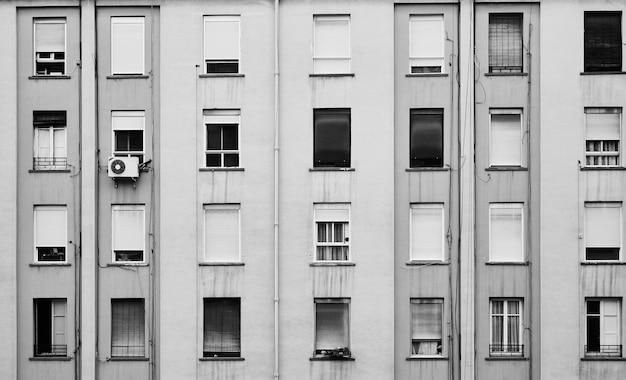 Vista das janelas na fachada de um edifício