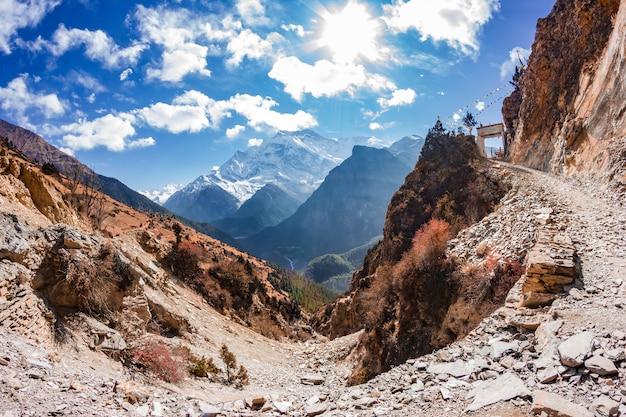 Vista das majestosas montanhas de outono do nepal durante a caminhada ao redor de annapurna