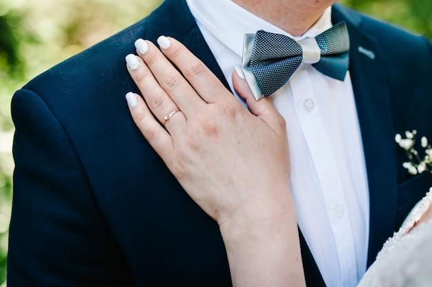 Vista das mãos com anéis de casamento. dia do casamento.