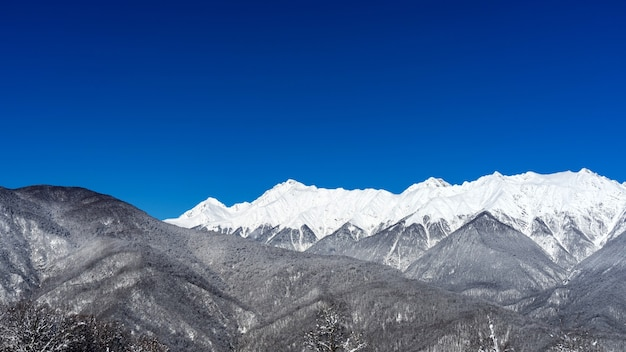 Vista das montanhas do cáucaso de inverno, krasnaya polyana, rússia.