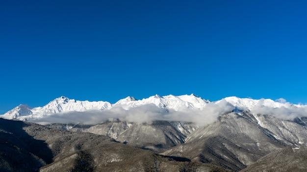 Vista das montanhas do cáucaso do inverno e nuvens de cima, krasnaya polyana, rússia.