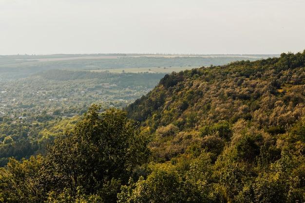 Vista das montanhas e do vale. alta montanha no tempo da manhã. bela paisagem natural
