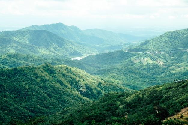 Vista das montanhas na província de phetchabun do distrito de khao kho, tailândia do norte.