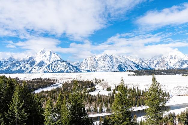 Vista das montanhas no rio snake com neve e frio no parque nacional grand teton, wyoming
