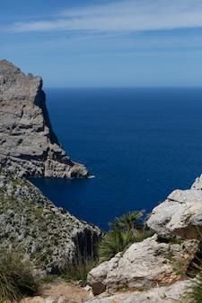 Vista das montanhas para o mar e rochas em palma de maiorca