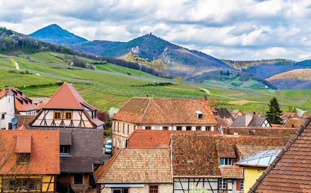 Vista das montanhas vosges da vila de hunawihr - alsácia, frança