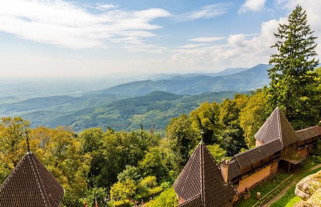 Vista das montanhas vosges do castelo haut-koenigsbourg, frança