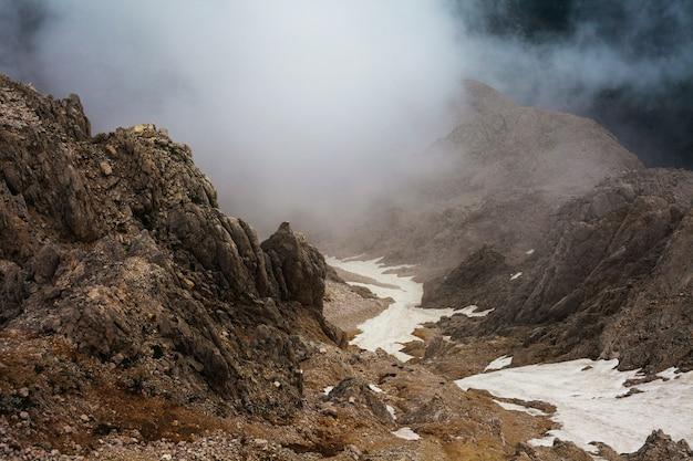 Vista das nuvens de cima nas montanhas