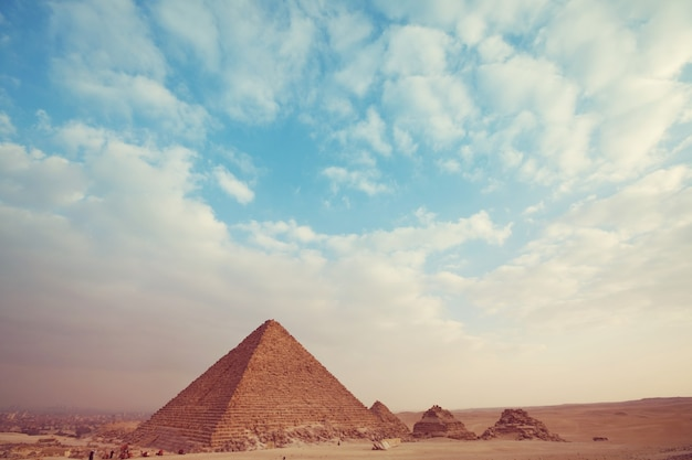 Vista das pirâmides de gizé, grandes pirâmides do egito.