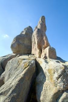 Vista das rochas de urych no lugar da fortaleza histórica de tustanj nas montanhas dos cárpatos (região de lviv, ucrânia).